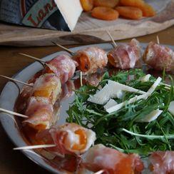 Stuffed apricots with pancetta